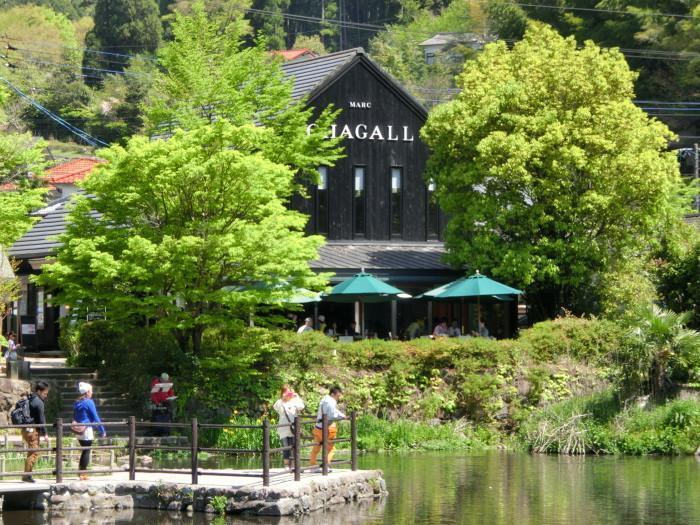 由布院でも一番人気の観光スポット、金鱗湖に面した「マルク・シャガールゆふいん金鱗湖美術館」。愛の画家ともいわれる 巨匠マルク・シャガールのリトグラフ作品を主に展示している美術館です。