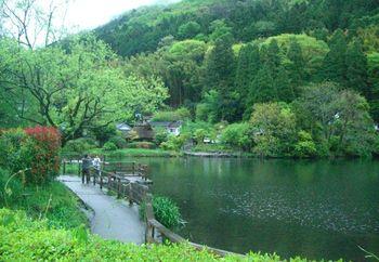 美術館鑑賞のあとは、湖底から温泉が湧いているという金鱗湖周辺をお散歩してみてはいかが?寒い季節は湖面から霧が立ちのぼる幻想的な風景が見られることもあるそうですよ。