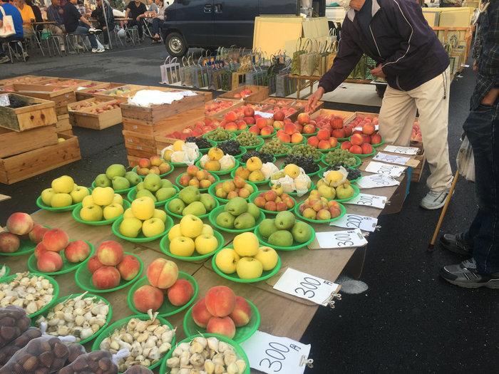 青森はリンゴのほかにも桃やさくらんぼ、ブドウ、梨などが有名。また、野菜ではゴボウ、ニンニク、長いもなどもたくさん採れるので、朝市には新鮮でおいしい果物・野菜がずらりと並びますよ。試食させてくれるお店もあるので、気に入ったものがあったら箱買いしてもいいですね。