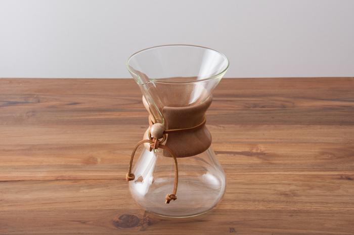 ぬくもりのある木と革ひもがナチュラルな雰囲気の、ケメックスのコーヒーメーカー。使わないときもキッチンのインテリアになり、プレゼントにもおすすめ。