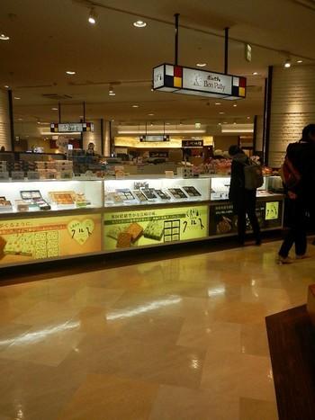 鈴木信太郎さんのイラストが使われている「CRUZ(クルス)」は、ポルトガル語で「十字架」という意味をもつ長崎銘菓。長崎県に7店舗構える洋菓子店「 BONPATTY(ボンパティ)」で販売しています。