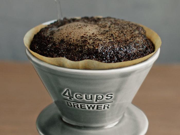 """お湯を注ぐと、もこもこと泡がでてキッチンに良い香りが漂う…。「ハンドドリップ」ならではの至福の時間ですよね。丁寧に、本格的に""""珈琲を淹れている""""という実感が味わえるのも魅力です。"""