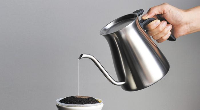 中心に細くお湯を「のの字」で注ぎます。一度にすべてのお湯を注ぐのではなく、3~4回にわけて注ぐのが美味しく淹れるコツです。