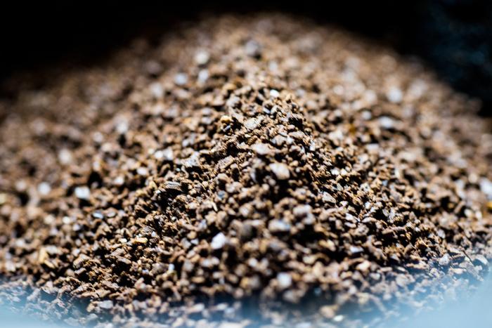 ペーパーフィルターで使用するコーヒー豆は、「中細挽き」がおすすめ。一杯分のコーヒー豆は約10g、2杯分は20グラム前後が目安です。
