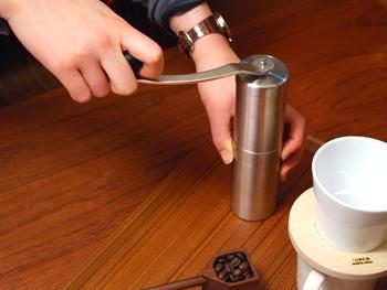 1回でコーヒー豆約30グラムを挽ける、シンプルなコーヒーミル。セラミック製の刃だから錆びる心配もなく、コンパクトだからアウトドア使用もOKの優れもの。