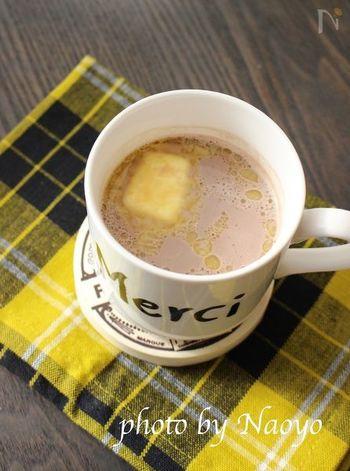 バター×ココアの組み合わせは、コクがあってまろやか。熱々のココアにカットしたバターをポンと浮かべるだけのお手軽レシピは豆乳をベースに作るので、体にもとっても良さそうです。
