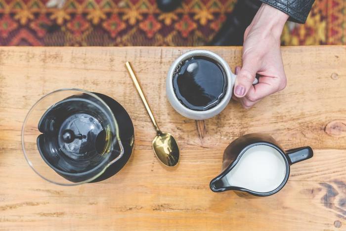 フランス語でコーヒー牛乳を意味する「カフェ・オ・レ」。コーヒーと牛乳の量は1:1が基本ですが、お好みの割合を見つけられるのも、おうちカフェならでは。フランスでは、大きなカフェオレボールに、並々とカフェオレを注いでクロワッサンやバケットと一緒にいただくのが定番の朝ごはん。