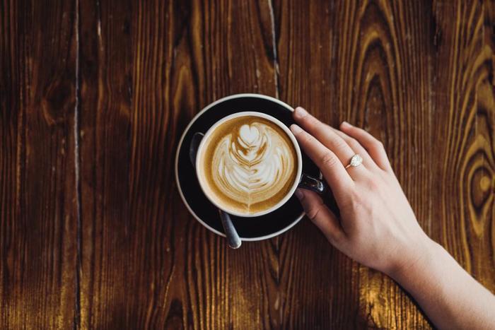 エスプレッソコーヒーに、泡立てた牛乳を注いだ「カフェラテ」。おうちでラテアートがつくれたら、おもてなしに自信がつきそう。