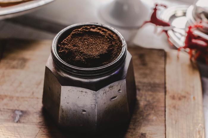 エスプレッソマシーンの下部にお湯をいれます。使用する珈琲豆は深煎りで、極細挽きがおすすめ。コーヒーの粉10グラムほどをカップに入れたら、スプーンなどで表面をならします。