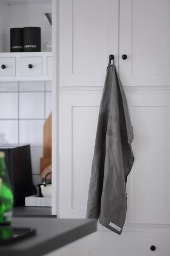 白いタイルに、白い框デザインの扉、ブラックのシンプルな丸いつまみが甘さを抑えて大人っぽくさせてくれます。キッチンや食器棚を揃えて同じつまみにするのであれば、シンプルなつまみが一番。