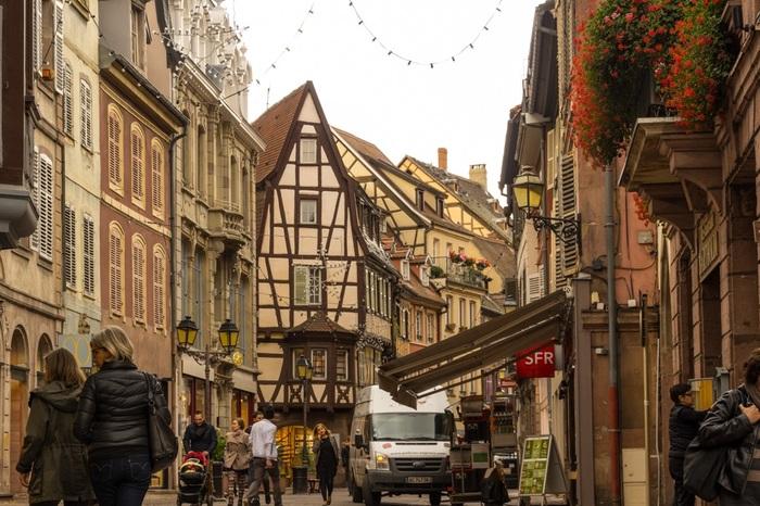 コルマールは、フランス最東端、ドイツとの国境近くに位置するアルザス地方にある街です。二度の世界大戦で激戦地となったアルザス地方に位置しながらも、戦禍を免れたコルマールは中世からルネッサンス期の街並みが現存しています。