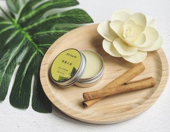 アルミリップ缶は練り香水にも丁度良い大きさ。蓋に香り名を書いたり、シールを作って貼っても良いですね。リボンをつけてプレゼントにも。