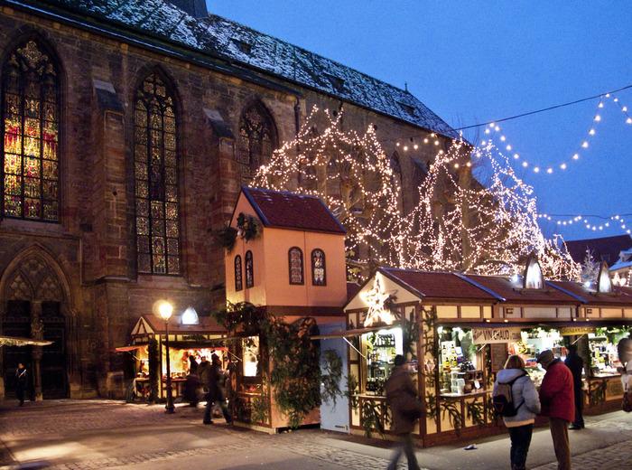 クリスマスシーズンの街の広場には、「ヒュッテ」と呼ばれる可愛らしい屋台が軒を連ねます。街の広場では春には復活祭・夏にはコルマール国際音楽祭などが開催されるので、美しい街並みを見ながらコルマールならではのお祭りにも参加してみたいですね。