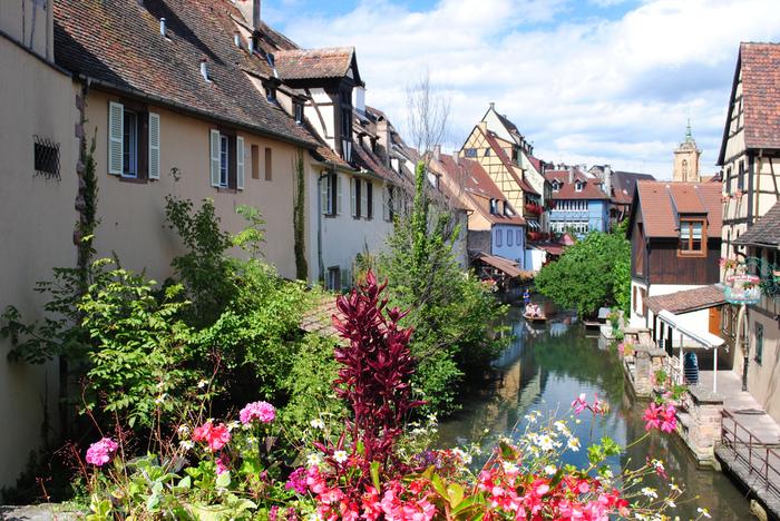 """宝石箱のように美しい街並みと、街の中を悠然と流れる運河が織りなすコルマールは「フランスのヴェネツィア」という異名を持っています。運河が流れるコルマール旧市街は、""""小さいヴェネツィア""""と言う意味を持つ「プティット・ヴニーズ」と呼ばれています。"""