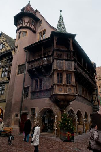 「プフィスタの家」は、1537年に建てられたものです。うろこ形の屋根は、伝統的なアルザス建築の特徴でもあり、柱や壁に施された美しい装飾と調和し、ノスタルジックな雰囲気を醸し出しています。また、「プティスタの家」は、映画「ハウルの動く城」のヒロインであるソフィーの帽子屋さんのモデルとなった建物です。