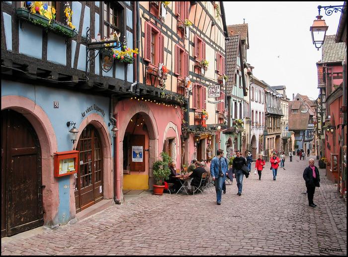 城門をくぐり、村の中へ一歩足を踏み入れると、まるで中世にタイムスリップしたかのような気分を覚えます。石畳が敷かれた路地の両横に、美しい家が軒を連ねるリクヴィルは、「ぶどう畑の真珠」と称されるほどの美しさです。