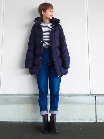 ロングダウンは腰まで暖かいので、寒い冬にぴったりです。ネイビーのダウンにデニムとボーダーを合わせ、赤の靴下を差し色に効かせたフレンチカジュアルなスタイルです。