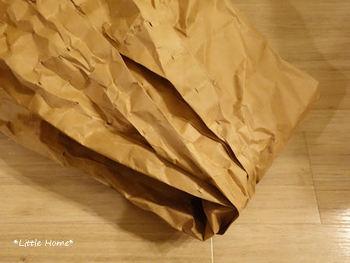 それがこちらの梱包材用の紙。ネットショッピングの荷物の中に梱包されていた物を、きれいに広げて再利用します。