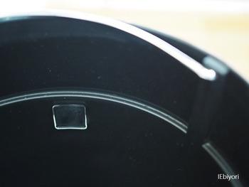 この防振粘着マットを、ゴミ箱の内側に数箇所貼り付けます。
