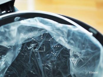 そして、ビニール袋を外にはみ出ないくらいの高さで折り、マットにぺたっと貼り付ければ完成です。