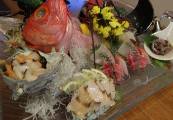 お刺身や姿煮など、バラエティに富むメニューがあります。厚みがありながらフワッと柔らかな金目鯛をぜひ召し上がれ★