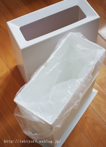 【ideaco(イデアコ)】のダストボックス「TUBELOR(チューブラー)」は、内側のゴミ箱に上から本体をかぶせるデザインになっています。ビニール袋がすっぽり目隠しされるので、見た目がすっきり♪使いやすさも抜群です。