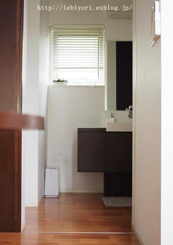 スリムなタイプなら、洗面所のちょっとしたスペースに置いても邪魔になりません。シンプルなデザインなので、どんなインテリアにも自然に調和しそうですね。