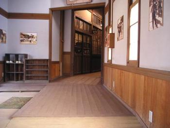 おばあちゃんの家のような、古い木造校舎のような空間。こどもの頃はこんな雰囲気の場所が沢山あったなあと、懐かしく感じる方も多いのではないでしょうか?