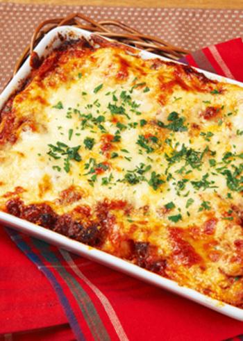 冬らしいオーブン料理を一皿は準備したい!という方におすすめなのが、このラザニアのレシピ。餃子の皮を使ったラザニアなので、グリル時間が短く手軽に仕上げられます。お豆腐をつかったヘルシーなホワイトソースは、カロリーが気になりがちな季節にも◎。手作りならではの、ミートソースのゴロゴロ感を楽しんでくださいね。