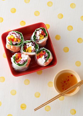 彩りもカラフルで、ちょっとカジュアルに手でも食べられる手軽さが魅力の生春巻き。鶏肉やエビの準備やソース作りは前日にも出来るので、当日の時短料理にもつながりますよ。