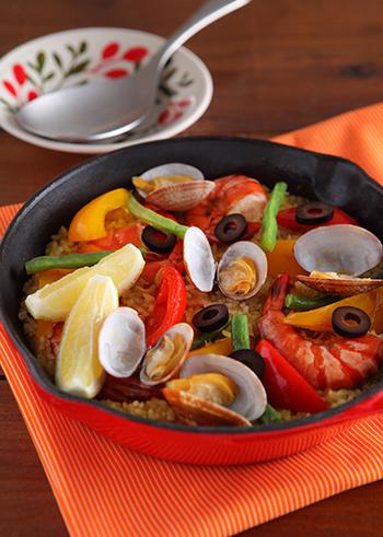 魚介の旨味がギュっと詰まった、パエリア風の炊き込みご飯。フライパン一つでお料理出来る、簡単なのに本格的な仕上がりの一品です。彩りも鮮やかで、コース料理の〆にはぴったり♪