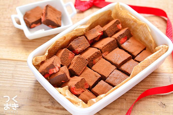 寒い時期にはなぜか食べたくなる生チョコレート。ケーキももちろん良いけれど、濃厚な生チョコでコースを締めくくってみてはいかがでしょうか?フリーズドライのイチゴの酸味が爽やかで、食後もまったり飲みたいお酒のお供にも◎。コースの最後にバタバタせず、作りおきしておけるのが嬉しい!