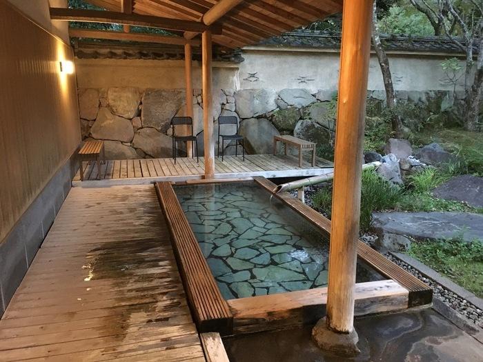 本館の他にも離れの15室や、広大な森の庭園があります。全室に天然温泉かけ流しのお風呂が付いているので、お部屋でゆっくり寛ぐことができますよ。