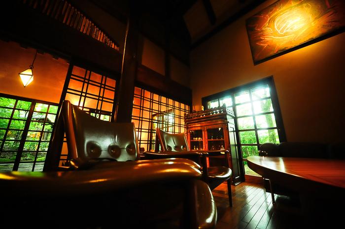 自然の中でくつろぐことができる、御三家の中では最もモダンな高級旅館「山荘無量塔」。敷地内に離れの客室、レストラン、バーやミュージアムがあります。