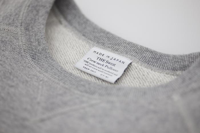 「THE」のスウェットは旧式の編み機を使い、生産性が低くても丈夫で劣化しない生地が用いられています。使い込むほどに柔らかく、着る人に寄り添う、そんなスウェットを実現しました。