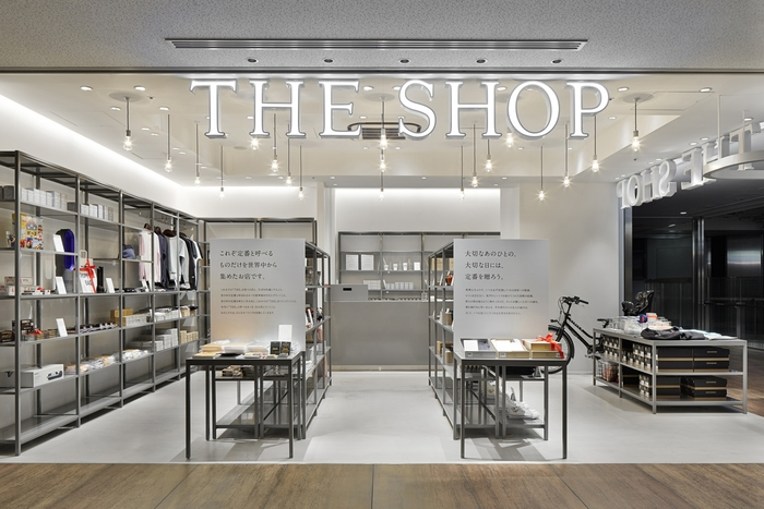 シンプルで無駄がない、そんなブランドのイメージを体現化したショップ。東京と京都に直営店があります。
