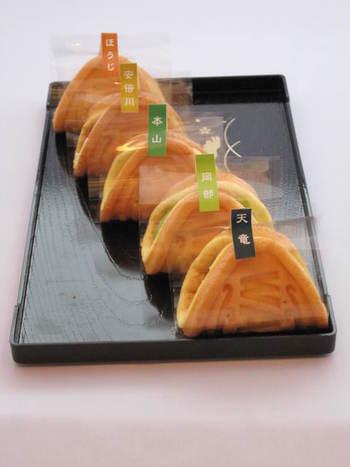 昭和のワッフルを、現代風にアレンジした名物「お茶っふる」。どこか懐かしい素朴な味わいの生地に、お茶や季節限定の食材を優しく包んだオリジナルスイーツです。種類も豊富でどれにするか迷いますね。