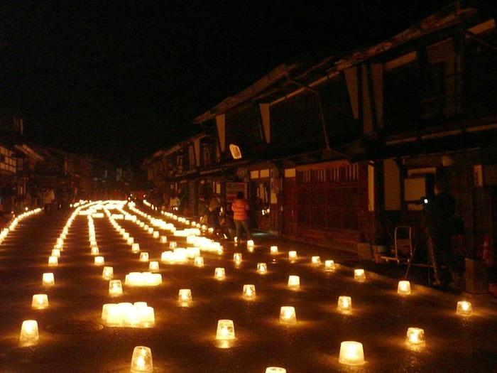 毎年2月には「奈良井宿 アイスキャンドル祭り」という、町並みに約2,000個の手作りアイスキャンドルを添えてライトアップするイベントを開催。昼間とはまた異なる、幻想的な景色が広がります。