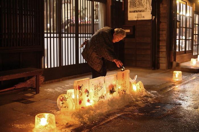 まだ電気が普及していなかった江戸時代、当時の人たちもこのようなロウソクの灯りを眺めていたのかなと、想いを馳せてみたりするのもいいものです。
