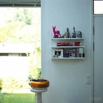 幅の狭い壁は小物を飾るのにぴったり。少しインパクトのある小物を置くと、お部屋の雰囲気をがらっと変えることができるでしょう。