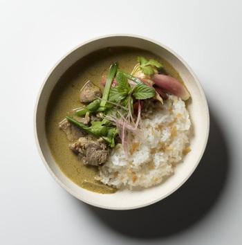 こちらは長崎産の猪肉がゴロリと入った「グリーンカレー」。ココナッツミルクの風味はもちろん、レモングラスの爽やかさ、青唐辛子の風味が愉しめる本格的な一品です。