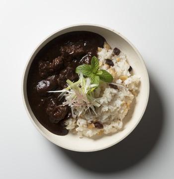 大分産の鹿肉をつかった「欧風カレー」は辛さ控えめ。ルー全体のほのかな酸味と鹿肉とのバランスが◎濃厚なデミグラスが隠し味になって旨みが引き立つ一品です。
