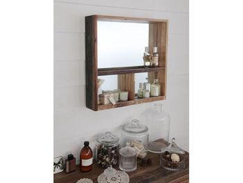 洗面所にスキンケア用品やメイク道具をしまうスペースがないときも、壁を有効活用して収納棚をつけてみましょう。パッケージが可愛いスキンケア用品を、インテリアとして見せてもいいですね。