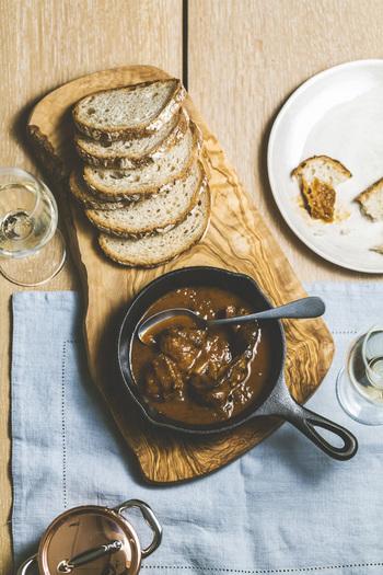 みなさんは、野生鳥獣のお肉「ジビエ」をご存知ですか?猪や鹿などのお肉で、近ごろ健康志向の方からも注目が集まっている食材です。今回は、憧れのインテリアショップ『ACTUS』から販売されている「ジビエカレー」をご紹介。  *写真は昨年発売されたヨーロッパ伝統煮込み料理をベースにした SOHOLMジビエ缶(猪肉のカルボナート/ビール煮)