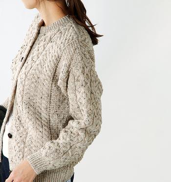 ベーシックで飽きのこないニットの定番、ケーブル模様が可愛いカーディガンです。世界中にファンを持つ『CARRAIG DONN(キャレイグドン)』は、アイルランドの老舗ニットウェアメーカー。天然羊毛の素朴な風合いと複雑な編み模様による高い保温性で、冬に手放せない一枚になりそうです。