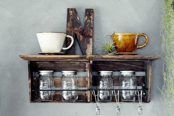 紅茶やコーヒーをよく飲むという人であれば、こちらのように紅茶リーフやコーヒー豆、カップを収納する棚を置いてもいいですね。紅茶リーフやコーヒー豆は、おしゃれなガラス容器に入れてインテリアとして飾ってもおしゃれです。