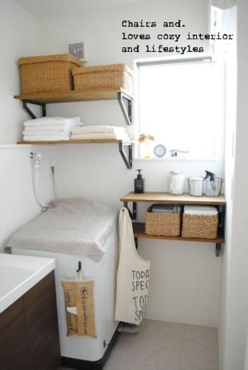 洗濯機の上に、ざっとリネンをかぶせておけば、ボタン類がすっきり隠れてシンプルな空間に。
