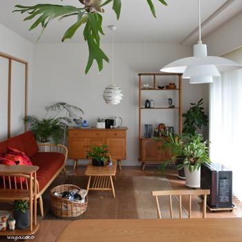 こちらは部屋の角だけでなく、シェルフやテーブルの上も使って見事にバランスをとったお部屋。グリーンのサイズを大小と入れ混ぜることで、ゆるやかな雰囲気が生まれています。