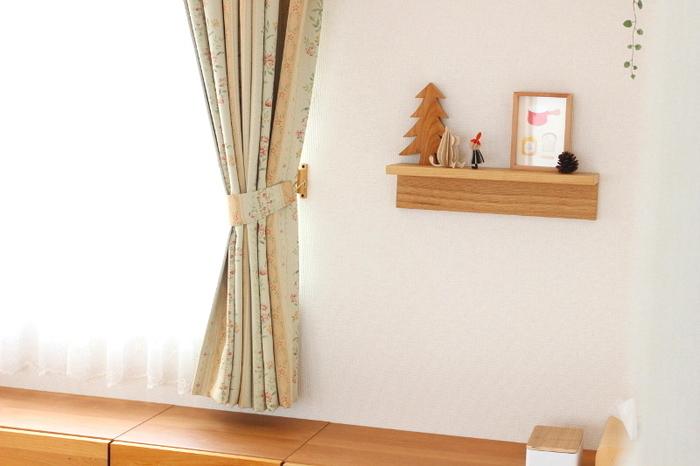 こちらのように、カーテンや棚の雰囲気に合った小物を飾るのも素敵です。ちょっとしたスペースに温かみのある小物を置けば、気分もほっこりします。