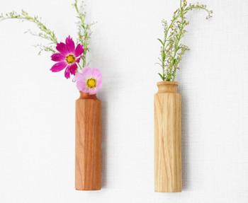 ここからは壁の「飾り方」をご紹介。 味気のない壁の雰囲気を、一気に華やかにするのが花です。花は花瓶に入れて棚やテーブルに飾るものと思いがちですが、壁に飾ることもできちゃいます。こうして壁に花を飾れば、不注意で倒してしまうなんて心配もなくていいですね。